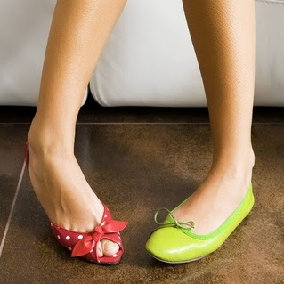 zapatos de colores diferentes